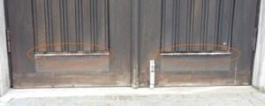 Aussegnungshalle Linke Türe beschädigt