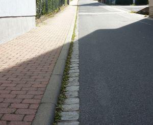 Gehweg einseitig mit abgerundeter Kante (Foto aus der Stöckachstraße)
