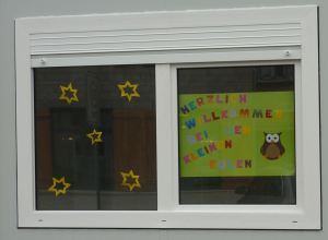 Plakat am Fenster
